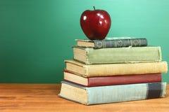 Πίσω στα σχολικές βιβλία και τη Apple με τον πίνακα κιμωλίας Στοκ εικόνα με δικαίωμα ελεύθερης χρήσης