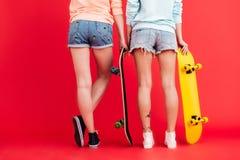 Πίσω στενό επάνω πορτρέτο άποψης δύο νέων κοριτσιών Στοκ Φωτογραφία