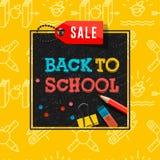 Πίσω στην αφίσα και το έμβλημα σχολικής πώλησης με το ζωηρόχρωμο τίτλο και τα στοιχεία στο μαύρο και κίτρινο υπόβαθρο για τη λιαν Στοκ εικόνα με δικαίωμα ελεύθερης χρήσης