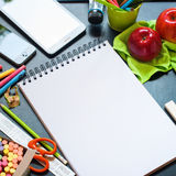Πίσω στην επιτραπέζια εκπαίδευση αντικειμένων σχολικών σημειωματάριων Στοκ Εικόνες