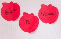 Πίσω στην κολλώδη υπενθύμιση σημειώσεων σχολικών μήλων Στοκ Εικόνα