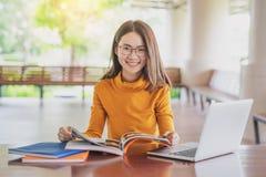 Πίσω στην πανεπιστημιακή έννοια κολλεγίων γνώσης σχολικής εκπαίδευσης, νέοι που είναι χρησιμοποιημένη υπολογιστής και ταμπλέτα, ε στοκ εικόνες