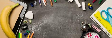 Πίσω στη σχολική έννοια με το σημειωματάριο μήλων μολυβιών κιμωλίας χρώματος ρολογιών πέρα από το υπόβαθρο πινάκων κιμωλίας Στοκ φωτογραφία με δικαίωμα ελεύθερης χρήσης