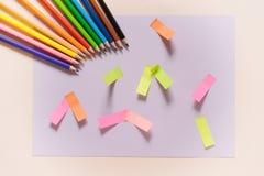 Πίσω στη σχολική έννοια - προμήθειες σχολικών γραφείων Τοπ άποψη του ξύλινου πίνακα γραφείων με τις ζωηρόχρωμα προμήθειες και το  Στοκ φωτογραφία με δικαίωμα ελεύθερης χρήσης
