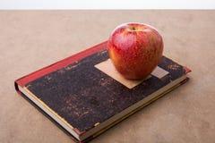 Πίσω στη σχολική εγγραφή με ένα μήλο Στοκ εικόνες με δικαίωμα ελεύθερης χρήσης