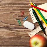 Πίσω στη σχολική έννοια στον ξύλινο πίνακα αντικείμενα που τίθεντα&iota Στοκ φωτογραφίες με δικαίωμα ελεύθερης χρήσης