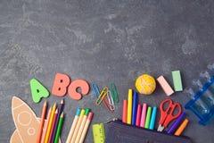 Πίσω στη σχολική ανασκόπηση με τις σχολικές προμήθειες επάνω από την όψη Στοκ εικόνα με δικαίωμα ελεύθερης χρήσης