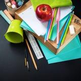 Πίσω στις προμήθειες χαρτικών σωρών σχολικών μολυβιών Στοκ Φωτογραφίες