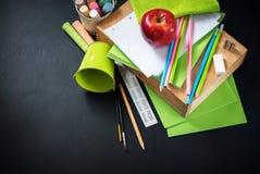 Πίσω στις προμήθειες χαρτικών σωρών σχολικών μολυβιών Στοκ Εικόνες