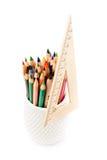 Πίσω στις σχολικές προμήθειες με τα μολύβια χρώματος σε ένα φλυτζάνι και έναν κυβερνήτη. S Στοκ Φωτογραφία