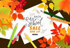 Πίσω στο έμβλημα σχολικής πώλησης Φύλλα φθινοπώρου, μολύβια, συνδετήρες εγγράφου και φύλλα σημειωματάριων στο ξύλινο υπόβαθρο Δια Στοκ Εικόνες