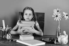 Πίσω στο σχολείο και την έννοια παιδικής ηλικίας Προμήθειες παιδιών και σχολείων, πράσινο υπόβαθρο Κορίτσι με το τρυπημένο πρόσωπ Στοκ εικόνες με δικαίωμα ελεύθερης χρήσης