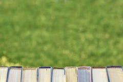 Πίσω στο σχολείο, συλλέγει έναν σωρό των παχιών παλαιών βιβλίων στοκ φωτογραφία