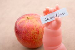Πίσω στο σχολικό θέμα με ένα μήλο Στοκ Εικόνα