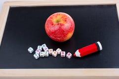 Πίσω στο σχολικό θέμα με ένα μήλο Στοκ Φωτογραφία