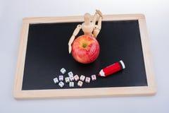 Πίσω στο σχολικό θέμα με ένα μήλο Στοκ φωτογραφίες με δικαίωμα ελεύθερης χρήσης