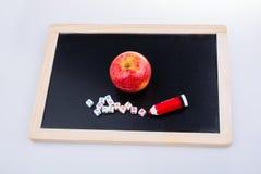 Πίσω στο σχολικό θέμα με ένα μήλο Στοκ Φωτογραφίες