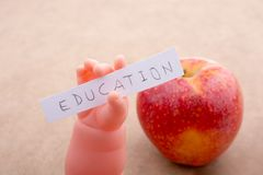 Πίσω στο σχολικό θέμα με ένα μήλο Στοκ Εικόνες