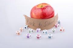 Πίσω στο σχολικό θέμα με ένα μήλο Στοκ φωτογραφία με δικαίωμα ελεύθερης χρήσης