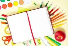Πίσω στο σχολικό υπόβαθρο με το σημειωματάριο και ζωηρόχρωμος Στοκ Εικόνες