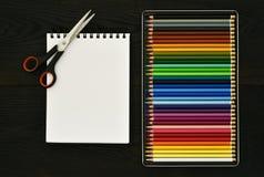 Πίσω στο σχολείο ή το χρωματίζοντας ξύλινο υπόβαθρο έννοιας Στοκ Φωτογραφίες