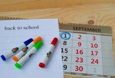 Πίσω στο σχολείο, ημερολόγιο, ζωηρόχρωμες μάνδρες δεικτών στο ξύλινο υπόβαθρο Στοκ φωτογραφία με δικαίωμα ελεύθερης χρήσης
