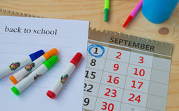 Πίσω στο σχολείο, ημερολόγιο, ζωηρόχρωμες μάνδρες δεικτών στο ξύλινο υπόβαθρο Στοκ εικόνες με δικαίωμα ελεύθερης χρήσης