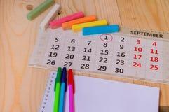 Πίσω στο σχολείο, ημερολόγιο, χρωματισμένη κιμωλία στο ξύλινο υπόβαθρο Στοκ εικόνα με δικαίωμα ελεύθερης χρήσης