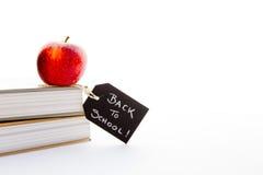 Πίσω στο σχολείο - η κόκκινα Apple και βιβλία Στοκ φωτογραφία με δικαίωμα ελεύθερης χρήσης