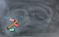 Πίσω στο σχολείο με το πετώντας σχέδιο αεροπλάνων και τις προμήθειες σε chal Στοκ εικόνες με δικαίωμα ελεύθερης χρήσης