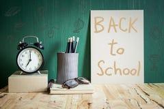 Πίσω στο σχολείο σε καφετί χαρτί Στοκ φωτογραφία με δικαίωμα ελεύθερης χρήσης