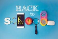 Πίσω στο σχολικό δημιουργικό σχέδιο με το smartphone και το μήλο Στοκ Εικόνες