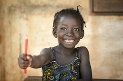 Πίσω στο σχολικό σύμβολο - αφρικανικό οδοντωτό τεράστιο χαμόγελο κοριτσιών που παρουσιάζει Ρ Στοκ Εικόνες