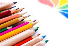 Πίσω στο σχολικό υπόβαθρο με τα χρωματισμένα μολύβια. Διάστημα αντιγράφων για στοκ εικόνες