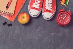 Πίσω στο σχολικό υπόβαθρο με τις σχολικές προμήθειες πέρα από τον πίνακα Τοπ όψη Στοκ φωτογραφία με δικαίωμα ελεύθερης χρήσης
