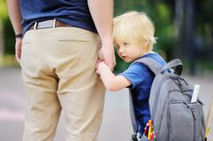 πίσω σχολείο έννοιας Λίγος μαθητής με τον πατέρα του Πρώτη ημέρα του δημοτικού σχολείου Στοκ Εικόνα