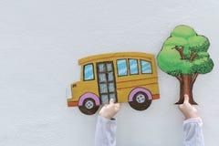 πίσω σχολείο έννοιας Τα παιδιά κρατούν ένα κίτρινο σχολείο στοκ εικόνες