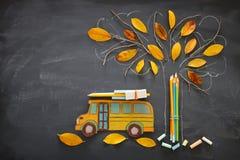 πίσω σχολείο έννοιας Το τοπ σχολικό λεωφορείο και τα μολύβια εικόνας άποψης δίπλα στο σκίτσο δέντρων με το φθινόπωρο ξεραίνουν τα Στοκ εικόνα με δικαίωμα ελεύθερης χρήσης