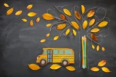 πίσω σχολείο έννοιας Το τοπ σχολικό λεωφορείο και τα μολύβια εικόνας άποψης δίπλα στο σκίτσο δέντρων με το φθινόπωρο ξεραίνουν τα Στοκ φωτογραφία με δικαίωμα ελεύθερης χρήσης