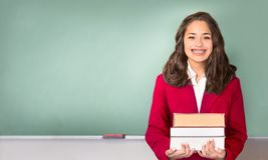 πίσω σχολείο Αρκετά εθνικός ή ισπανικός έφηβος μπροστά από την κιμωλία Στοκ Εικόνα