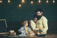 πίσω σχολείο Οικογένεια πίσω στο σχολείο Λίγο παιδί πίσω στο σχολείο Αγόρι και γονέας πίσω στο σχολείο Μια οικογένεια της εκμάθησ Στοκ εικόνα με δικαίωμα ελεύθερης χρήσης