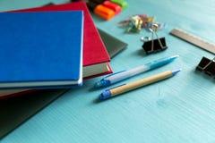 πίσω σχολείο Στοιχεία για το σχολείο σε έναν μπλε ξύλινο πίνακα Στοκ φωτογραφίες με δικαίωμα ελεύθερης χρήσης