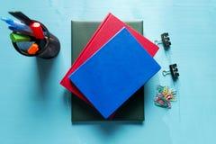 πίσω σχολείο Στοιχεία για το σχολείο σε έναν μπλε ξύλινο πίνακα Στοκ Εικόνες