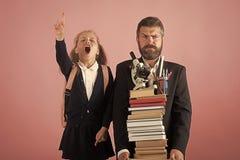 πίσω σχολείο Σωρός λαβής παιδιών και μπαμπάδων των βιβλίων και των σχολικών προμηθειών Στοκ εικόνες με δικαίωμα ελεύθερης χρήσης