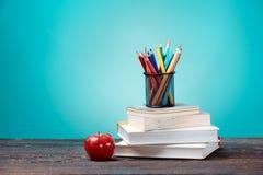 πίσω σχολείο έννοιας Βιβλία, χρωματισμένα μολύβια και μήλο Στοκ φωτογραφία με δικαίωμα ελεύθερης χρήσης