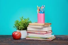 πίσω σχολείο έννοιας Βιβλία, χρωματισμένα μολύβια και μήλο Στοκ εικόνα με δικαίωμα ελεύθερης χρήσης