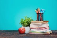 πίσω σχολείο έννοιας Βιβλία, χρωματισμένα μολύβια και μήλο Στοκ Φωτογραφίες
