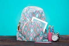 πίσω σχολείο έννοιας Βιβλία, χρωματισμένα μολύβια και σακίδιο πλάτης Στοκ εικόνες με δικαίωμα ελεύθερης χρήσης