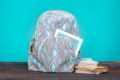 πίσω σχολείο έννοιας Βιβλία, χρωματισμένα μολύβια και σακίδιο πλάτης Στοκ Εικόνες