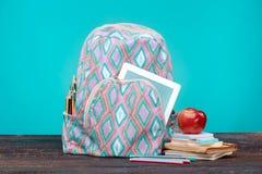 πίσω σχολείο έννοιας Βιβλία, χρωματισμένα μολύβια και σακίδιο πλάτης Στοκ φωτογραφία με δικαίωμα ελεύθερης χρήσης